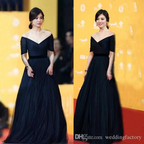 Hot Sale Classic Navy Blue Prom Dress Long formeel Off The Shoulder Illusion Korte Mouwen Ruched Tulle Vloer Lengte Avondjurk Zwarte Sash