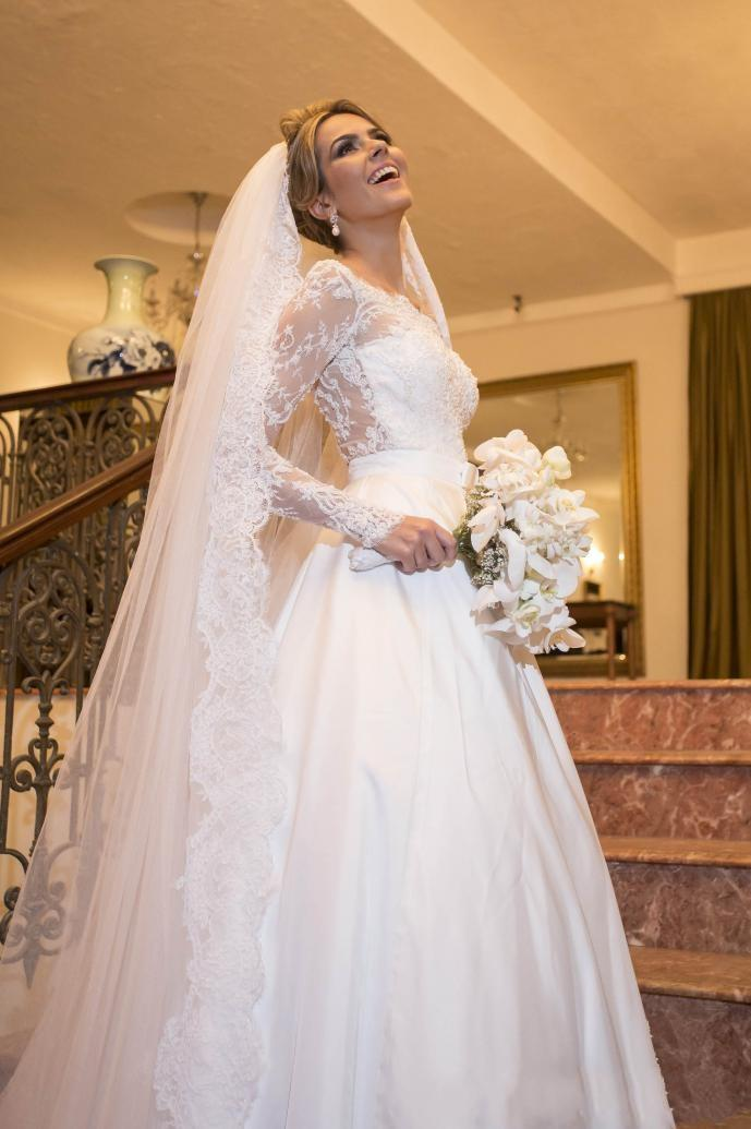 2015 Glamorous white lace A line wedding dresses bateau long sleeves applique sweep train custom made winter bridal gowns high quality gowns