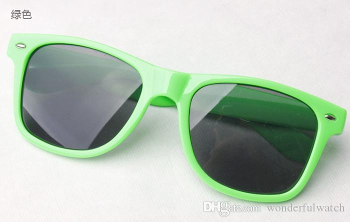 100 adet Womens ve Mens En Ucuz Modern Plaj Sunglass Plastik Klasik Tarzı Güneş Gözlüğü