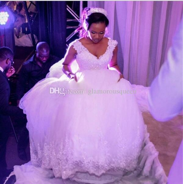 Charming V-Neck Ball Gowns 대성당 / 로얄 트레인 웨딩 드레스 플러스 사이즈 신부의 가운 Vestidos De Noiva casamento White Tulle Lace