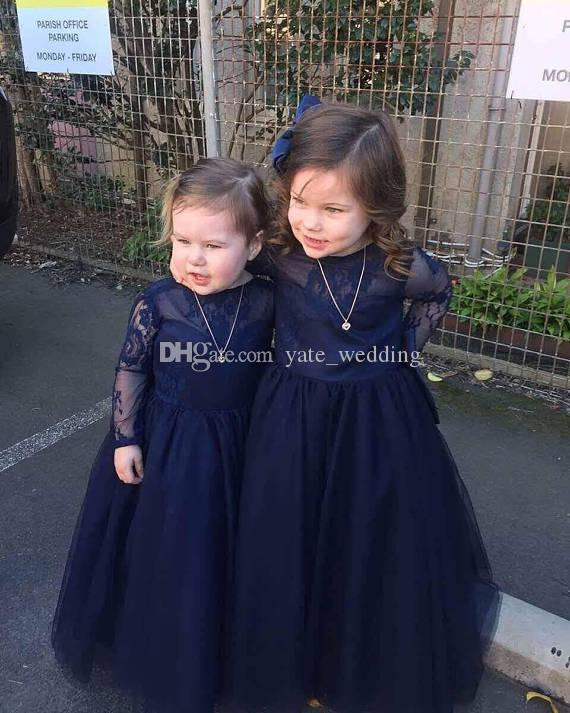 Le ragazze di fiore delle maniche lunghe blu navy si vestono i vestiti da partito delle ragazze Backless Backless delle ragazze di Tulle del pizzo del collo della barca Abiti da festa dei bambini