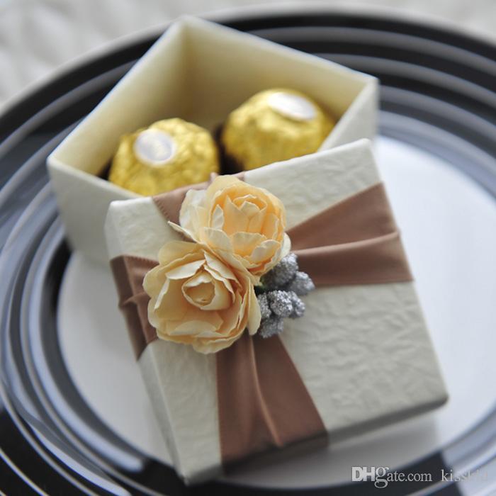 الأبيض الأنيق الحلوى مربع مع الشريط وروز هدية زفاف لصالح صناديق الألوان للاختيار