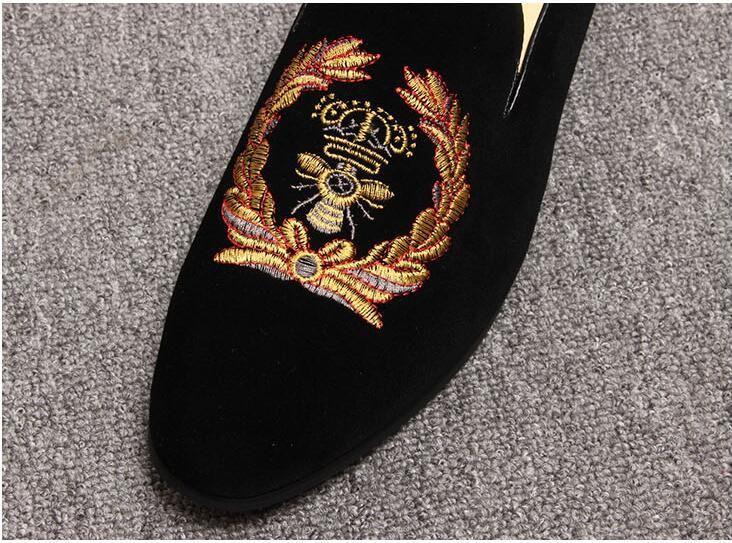 2019 promozione nuova primavera uomo mocassini in velluto partito scarpe da sposa in stile europeo ricamato pantofole in velluto nero guida mocassini 425