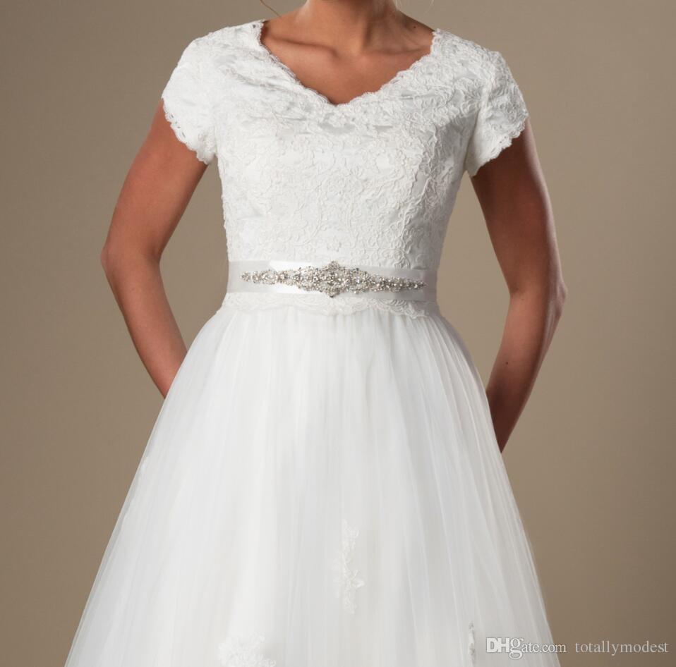 빈티지 레이스 얇은 명주 그물 겸손한 캡 소매 웨딩 드레스 소매 V 넥 버튼 다시 신부 가운 라인 파란색 띠 웨딩 드레스