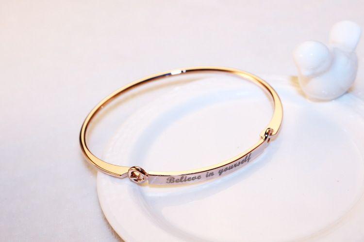 2016 Braccialetto d'acciaio di titanio del progettista del progettista di marca 18K oro rosa placcato con la lettera inglese Gioielli di modo del braccialetto Grado superiore