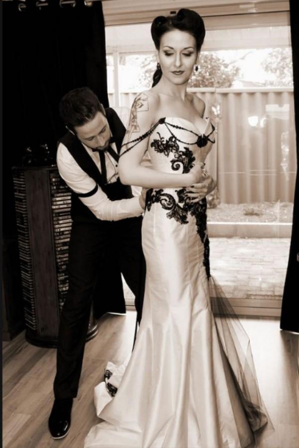 Vestido de boda gótico clásico de la vendimia Vestidos de boda blancos y negros Cariño sin mangas Apliques de encaje Vestidos de novia de corsé con rebordear