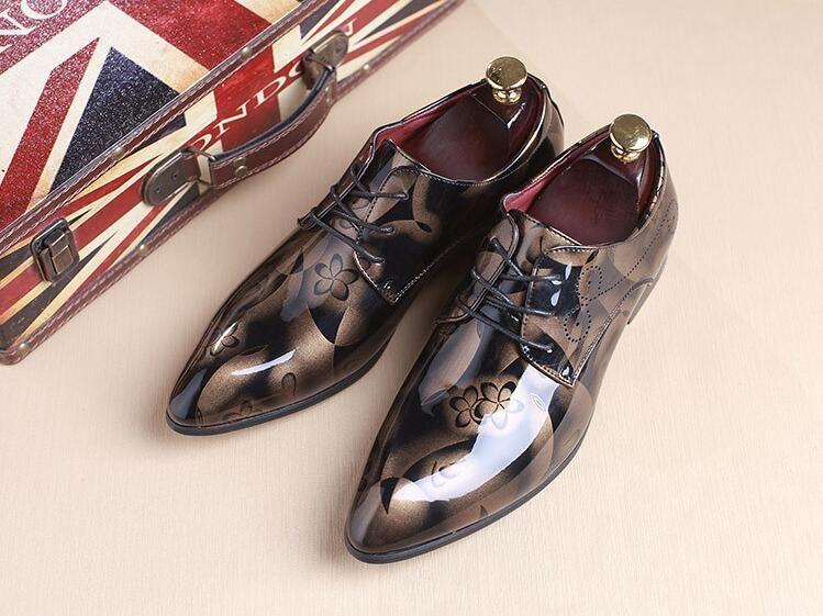 Compre 2018 British Men s Glitter Print Flats Sapatos De Festa Men Leather  Oxfords Vestido Sapatos De Casamento Sapato Social Masculino Tamanho 37 48  GG179 ... 9e1478f5c860d