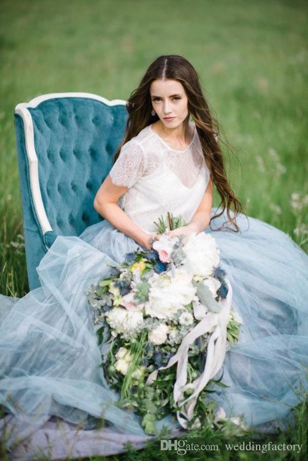 Splendida 2019 abito da sposa country colorato bianco e blu pallido abiti da sposa pura gioiello collo maniche corte pizzo spose indossare spazzata treno