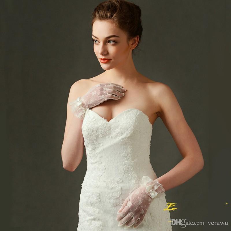 Guanti da sposa romantici appliqued in pizzo vintage Guanti da sposa corti in tulle beige Guanti con fiocco da dito pieno Guanti moda stile nuovo