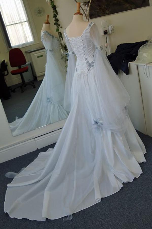 빈티지 켈트 웨딩 드레스 흰색과 창백한 파란색 화려한 중세 신부의 가운 특종 Neckline 코르셋 긴 벨 슬리브 Appliques 꽃