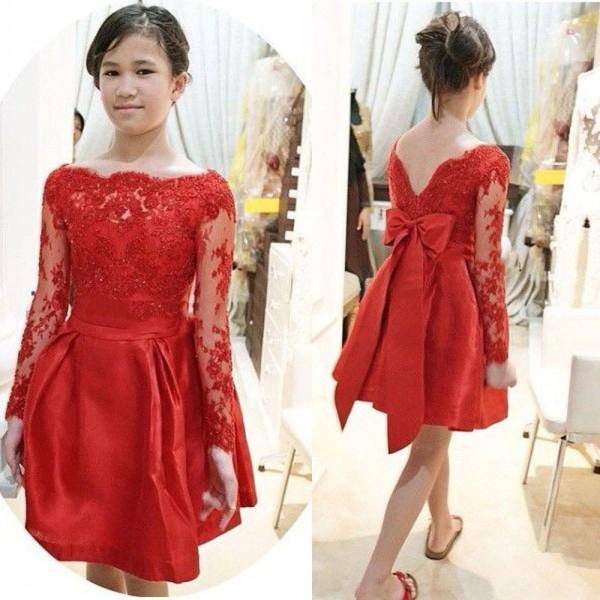 Impresionantes vestidos cortos de dama de honor para jóvenes Rojo Una línea Sheer Bateau Escote Ilusión Mangas largas Encaje Apliques Top Vestidos de fiesta de baile Vestidos de arco