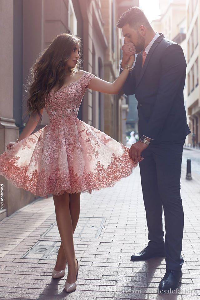 Vintage Spitze Appliques kurze Cocktailkleider Neue Schulter V-Ausschnitt Rosa Arabisch sagte Mhamad Prom Party Abendkleider