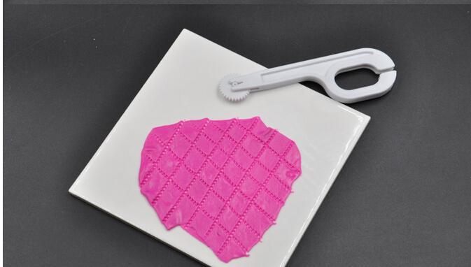 새로운 Fondant Embosser 커터 케이크 장식 3 휠 설탕 공예 DIY 도구 꾸미시와 Wholesales