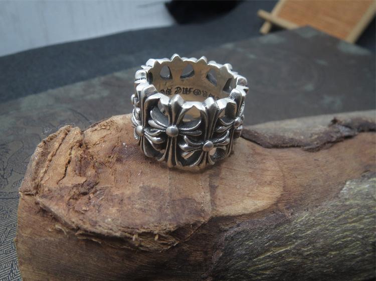 La croce in argento sterling 925 si riferisce alla moda del possente anello maschile con anello largo