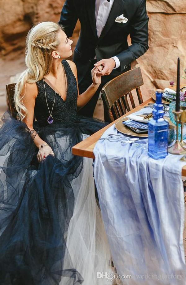 Vestido de novia blanco y negro de la vendimia Cuello en V profundo sin mangas Top de encaje sin mangas Falda de tul Vestidos de novia de playa Vestidos de novia sin espalda