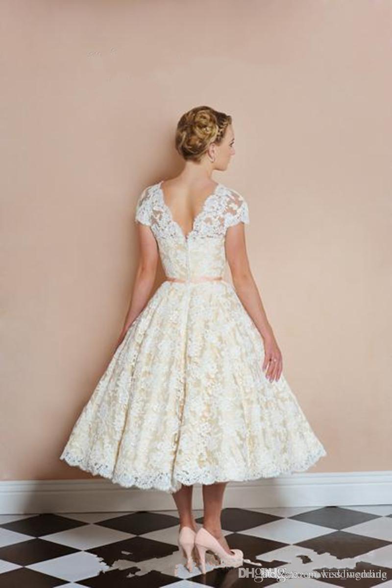 Vintage Beige Tee-Längen-Spitze Brautkleider mit kurzen Ärmeln V-Ausschnitt Sash Garten Brautkleid Braut 2018