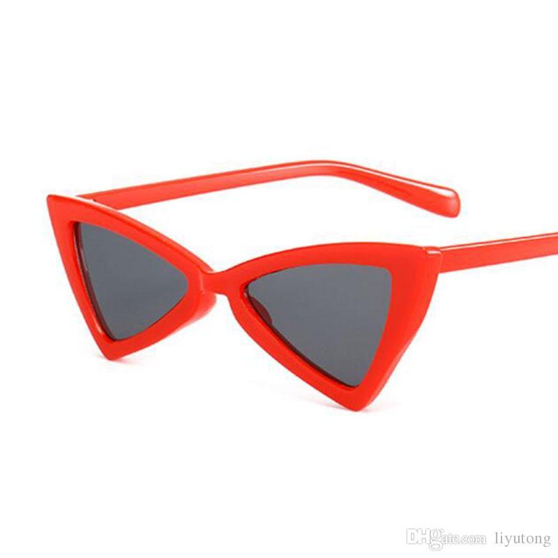 4adc4b1d034b2 Olho de gato pequeno quadro óculos de sol retro adorável preto sexy  triângulo branco pulga 2018 mulheres borboleta mulheres vermelhas UV400  óculos de sol ...