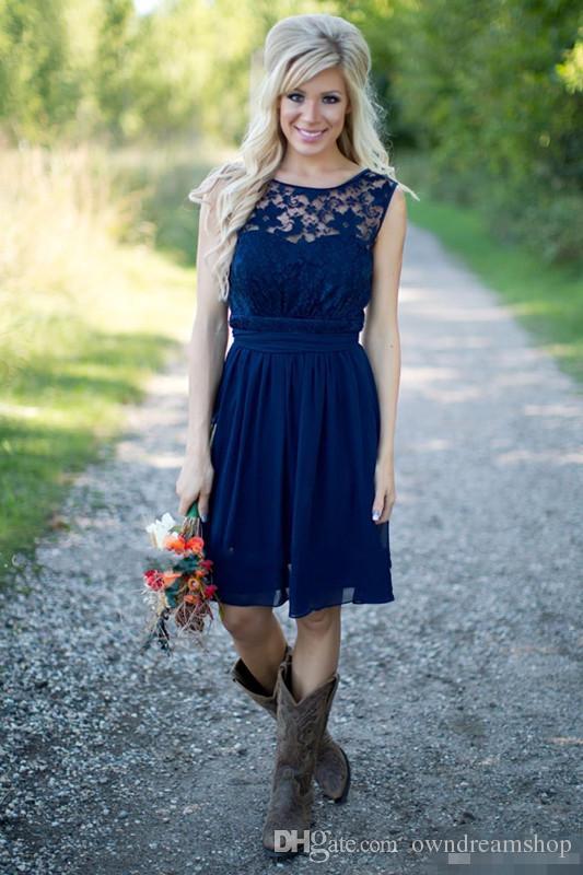 2016 Estate Bohemian Lace Abiti da damigella Blu Navy Lunghezza del ginocchio Aperto Indietro Plus Size Garden Wedding Guest Party Abiti Maid Of Honor Indossa