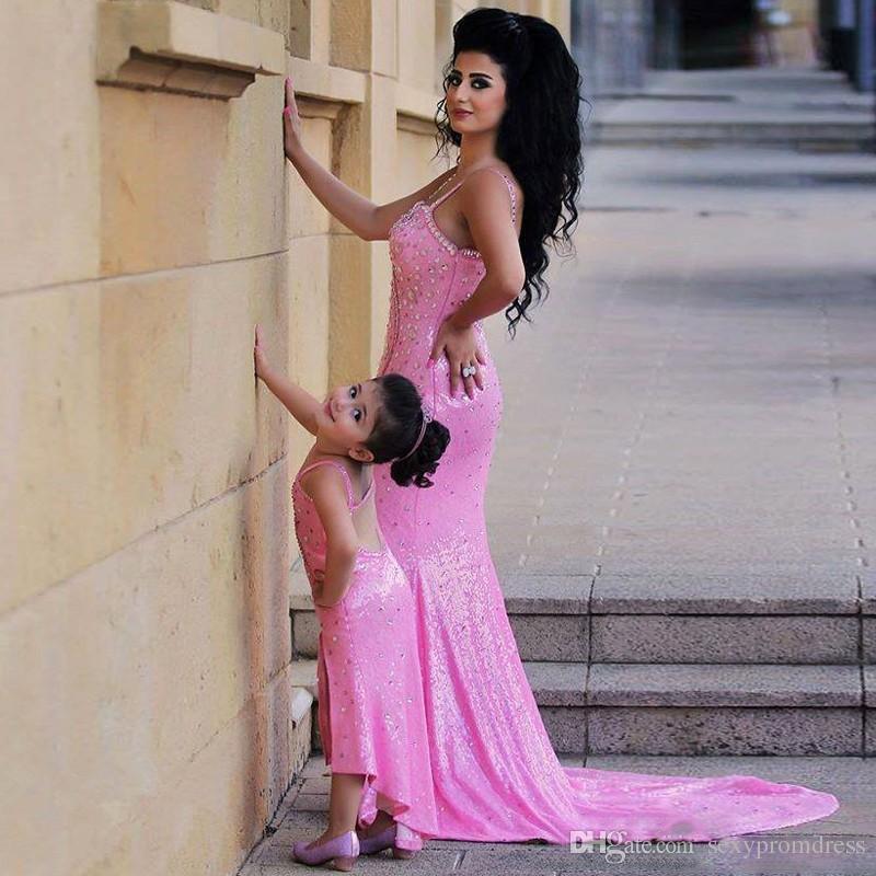 Abiti da promenade in rilievo spaghetti rosa Abiti da sera aperti a sirena con spacchi laterali Sweep Train Abiti da festa madre e figlia Abiti le donne