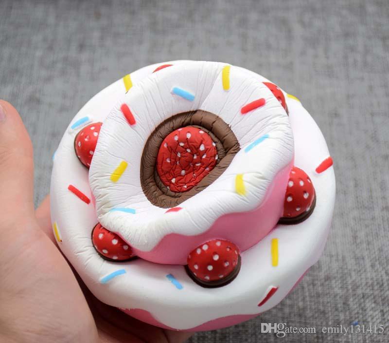 Le nouveau style Jumbo Cake Squishies Gâteau à la crème à la fraise pour détendre le stress Bébé Jouet Vivid Strawberry Cake Squishy Slow Rising Press 10s