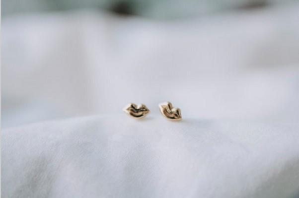 En 2016, ses lèvres composées de nouvelle mode femmes boucles d'oreilles belles boucles d'oreilles en gros livraison gratuite jour meilleur cadeau