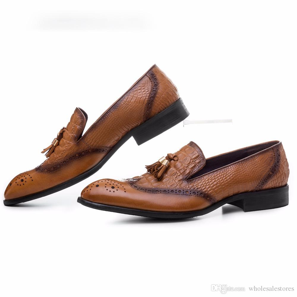 2018 Krokodil-Korn-braun / schwarze Hosen formale Schuhe Mens beiläufige Schuhe des echten Kleidschuhe Leder