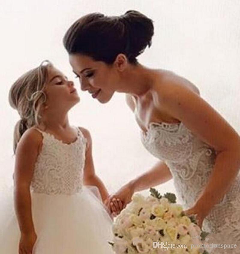 Schöne weiße Blumenmädchenkleider geschwollenes Tüll Erstkommunion Kleid für Mädchen Spaghetti für Hochzeitsformales Partykleid BM0990