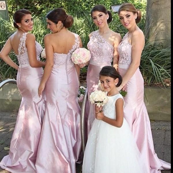화려한 우아한 인어 신부 들러리 드레스 한 가지 어깨 민소매 레이스 탑 블러쉬 핑크 핫 세일 하녀 웨딩 파티를위한 명예 가운