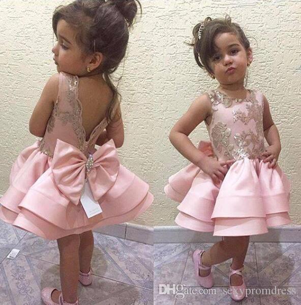 Abiti prima comunione rosa bambine V Cristalli senza schienale Perline Big Bow Breve Flower Girl Abiti Applique oro bambini