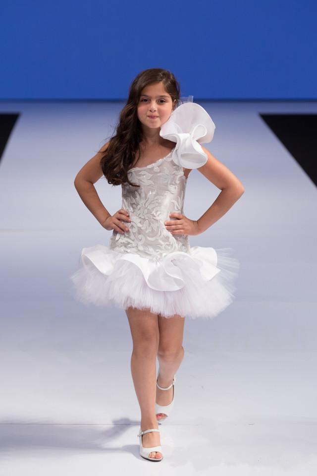 Isabella Pizzo Arabo 2016 Flower Girl Abiti One Ball Ball Gown Bambino Pageant Abiti da comunione Flower Girl Abiti da sposa