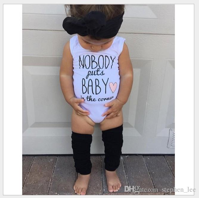 Sevimli Bebek Yaz Tulum 2016 Yeni Bebek Beyaz Kolsuz Harfler Baskılı Tulumlar Toddler% 100% Pamuk Romper Yenidoğan Tek Parça Onesies