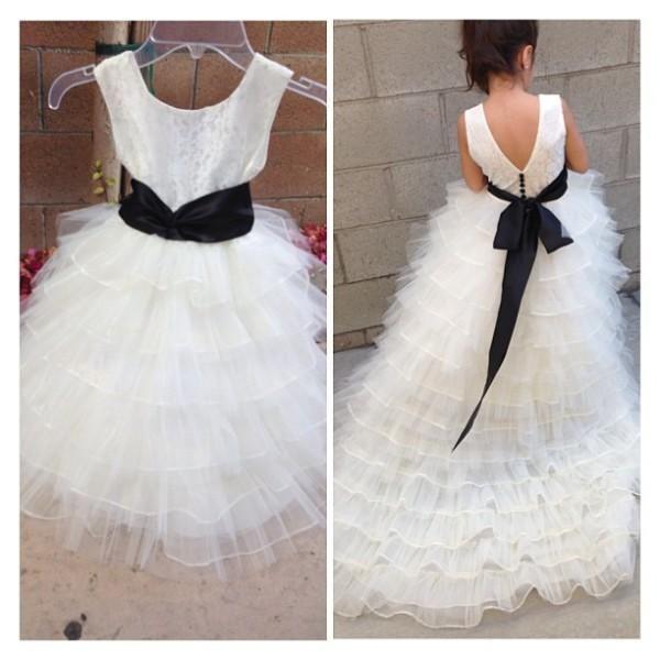 Prinzessin White Jewel Neck Blumenmädchenkleider Rüschen A-Line Organza Günstige Mädchen Kleid für Hochzeit Party Kleider mit schwarzen Bogen langen Zug Gow