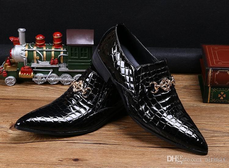 뜨거운 판매 럭셔리 Mens 블랙 드레스 신발 패션 지적 된 발가락 뱀 패턴 특허 가죽 슬립 보트 신발 금속 매력 38-46