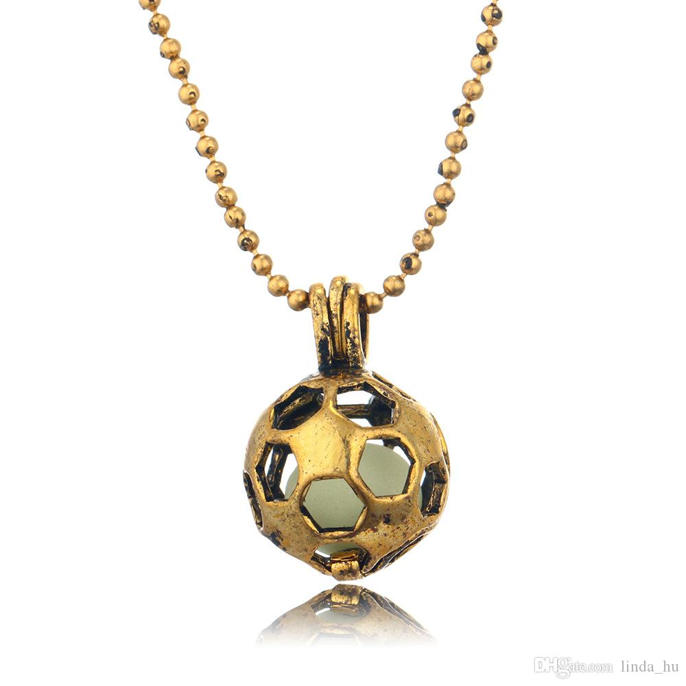 Collar de fútbol luminoso caliente hueca adornos de oro antiguo azul verde colgantes de cobre verde luminiscente para hombres y mujeres