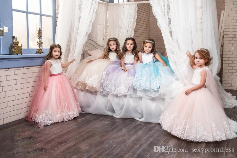 Vintage Lace Arabic 2017 Floral Flower Girl Abiti in rilievo con un mantello Bambino Abiti Beautiful Girls Pageant Gowns Abiti da festa di compleanno