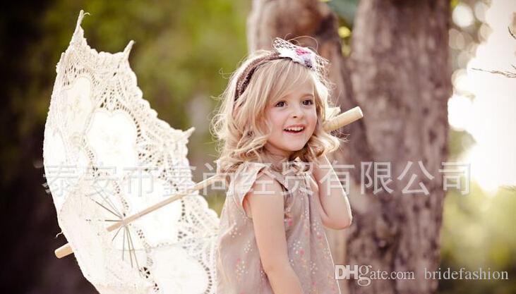 Elfenbein weiße Braut Brautjungfer Spitzenschirm handgemachte Baumwollspitze Vintage Holzgriff Oberfläche Radius 18 Zoll Regenschirm Länge 26 Zoll