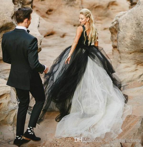 빈티지 흑백 웨딩 드레스 고딕 양식의 깊은 V 넥 민소매 레이스 탑 얇은 명주 그물 치마 해변 신부 등이없는 신부 착용