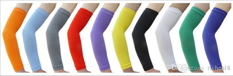 Las mangas suaves y cómodas de los deportes del algodón ventilan el cojín del protector del brazo y del codo del baloncesto calentadores un tamaño elástico