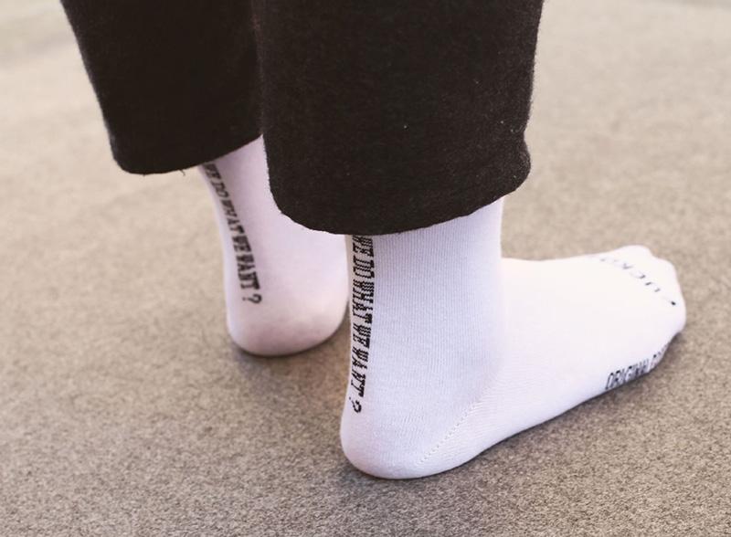 NOVO Voltar Branco Estilo Coreano Carta Simples dos homens No Tubo de Algodão Meias Maré Marca Unisex Masculino e Mulheres Carta Casuais Meias Longas
