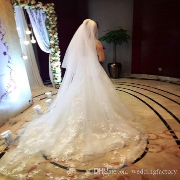 Attraktiver langer Brautschleier Elfenbeinweißer weicher Tüll Brautschleier mit Spitzenapplikationen Kristallen Kathedrale Tüll Zubehör Top Qualität