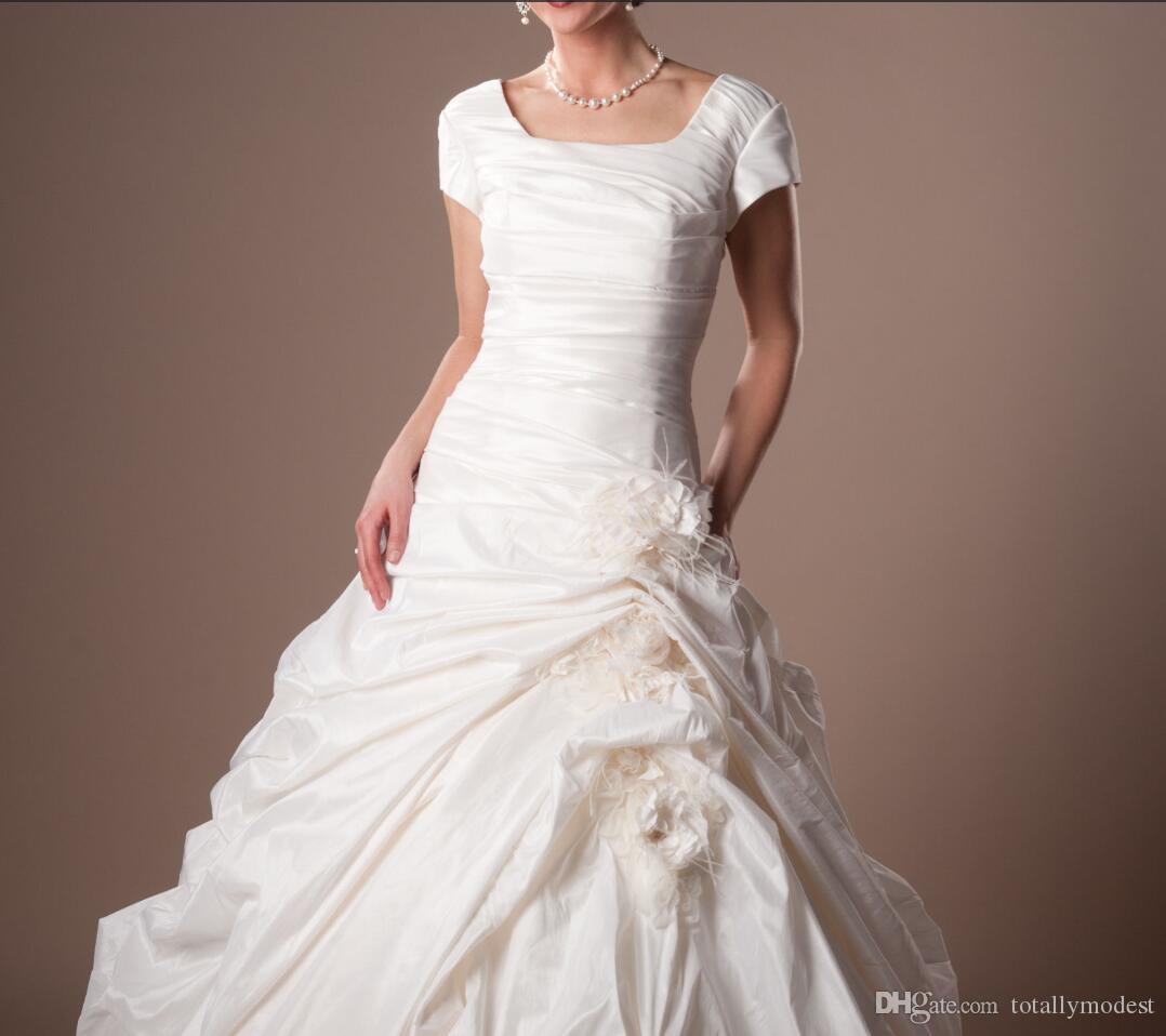 2020 Vintage geraffte Taft bescheidene Brautkleider mit Kappenärmeln Square Hals Kurze Ärmeln Tempel Brautkleider mit Blumenknöpfen