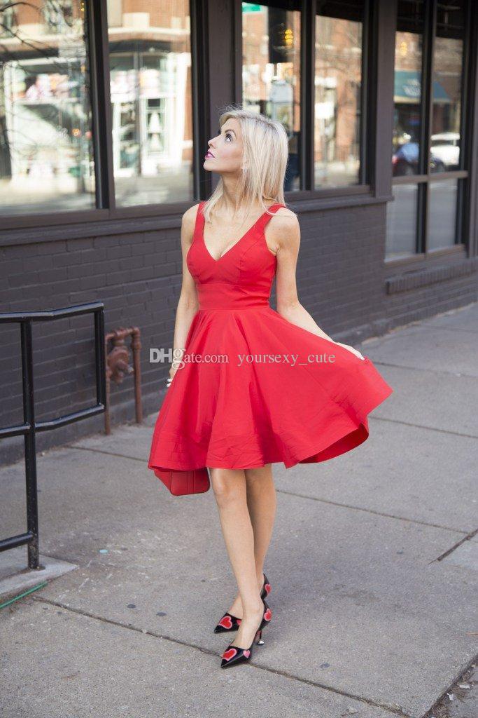 Vestidos de fiesta cortos de satén rojo simple Vestidos de fiesta cortos sin espalda sin mangas con cuello en V Vestidos de baile de moda baratos