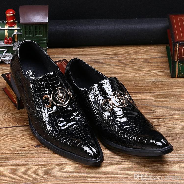 뜨거운 판매 호화로운 Mens 까만 복장 구두 유행은 발가락에 뱀 무늬를 지정했다 보트 가죽 신발에 해골 매력 38-46에 특허 가죽 미끄러짐