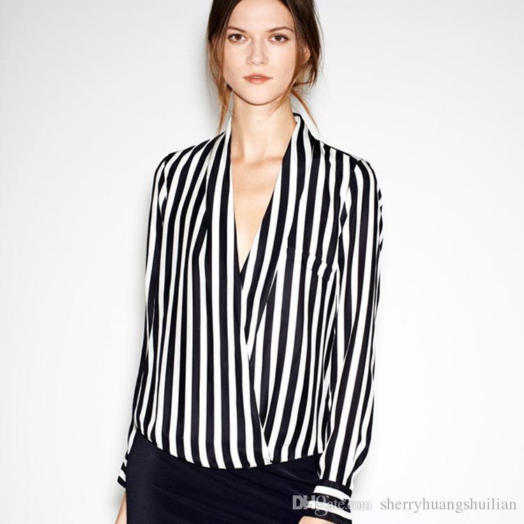 timeless design 2aa19 3d16c Camicia a righe verticali bianca e nera a maniche lunghe con scollo a V YEU