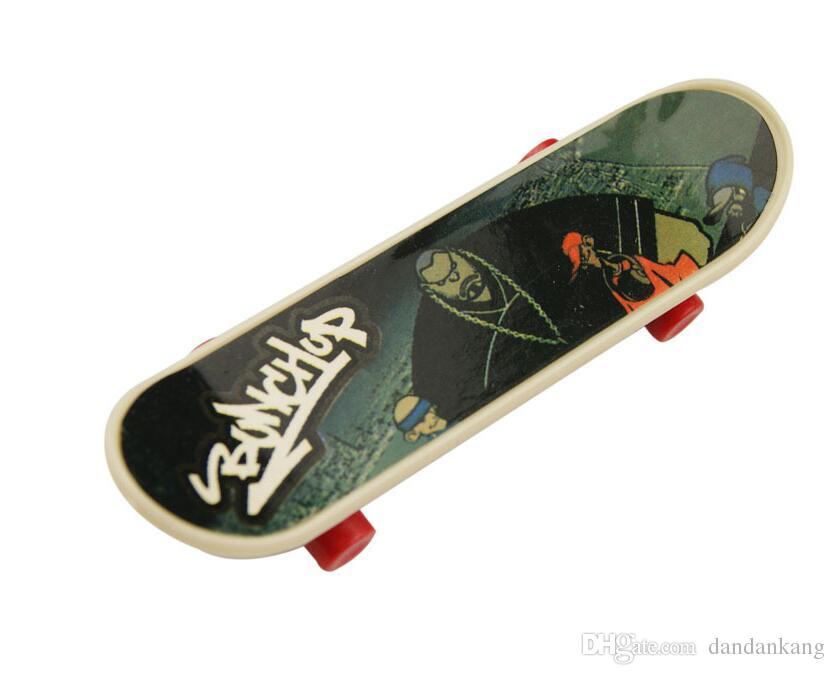 Mini Finger Skateboard 9.5 * 2.6 * 1.3 CM OPP PKG Color Aleatorio Mini Fingerboard Scooter Skate Board Party Favors Regalo Educativo Juguetes Para niños