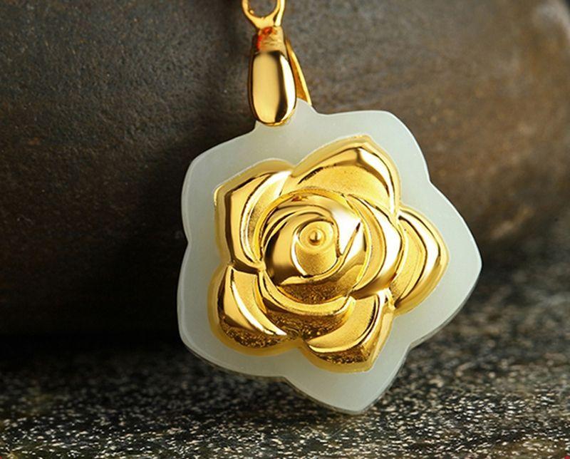 Altın kakma yeşim gül çiçek açan çiçekler. Tılsım kolye kolye