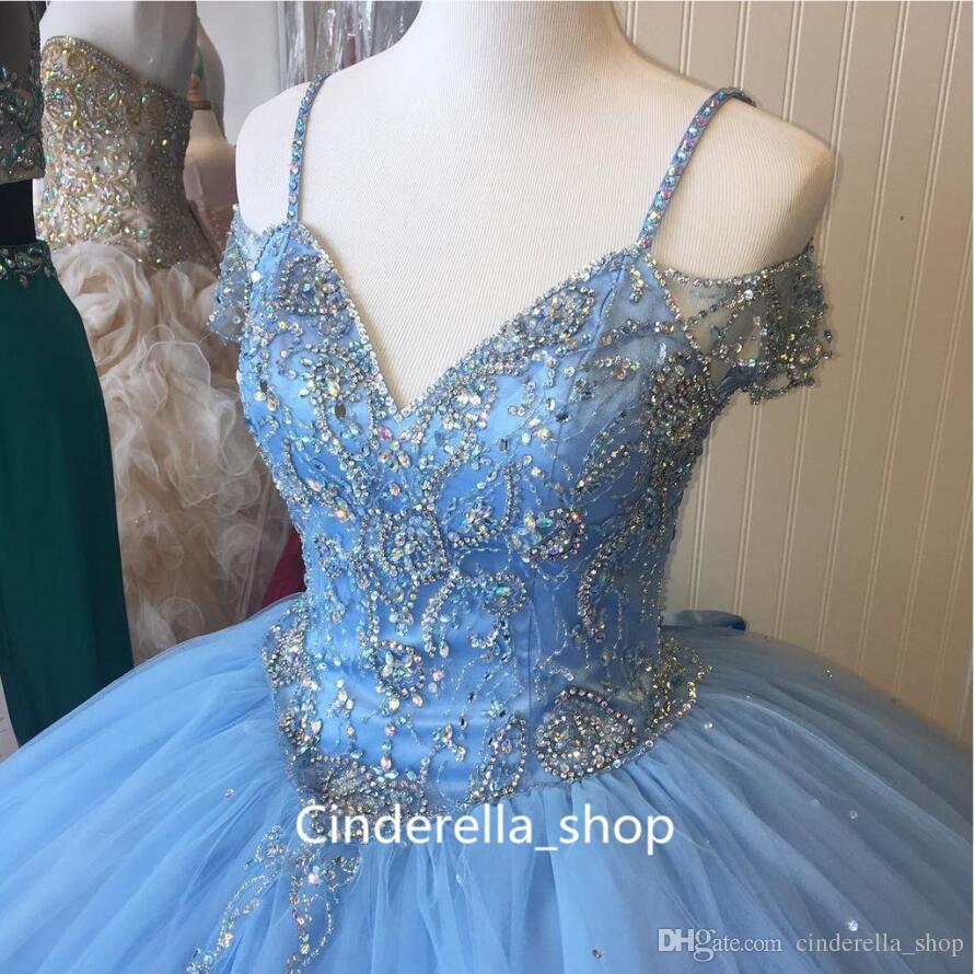 2019 Açık Gökyüzü Mavi Balo Quinceanera Elbiseler Spagetti Kap Kollu Boncuk Kristal Prenses Balo Parti Elbiseler Için Tatlı 16 Kızlar