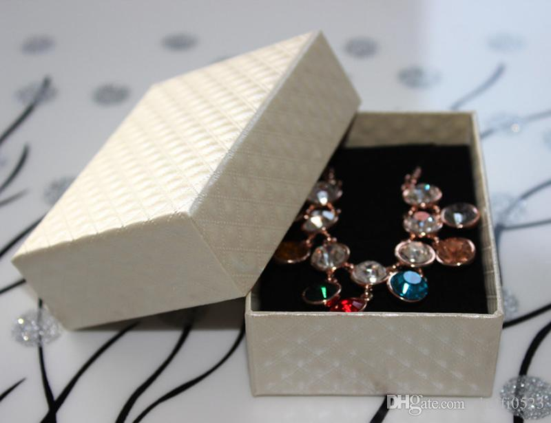 Klasik Moda Takı kutusu Kolye, Küpe, Yüzük Bej / Siyah 2 Renk 800 gram karton kalınlığı 128 gram elmas tahıl paketi