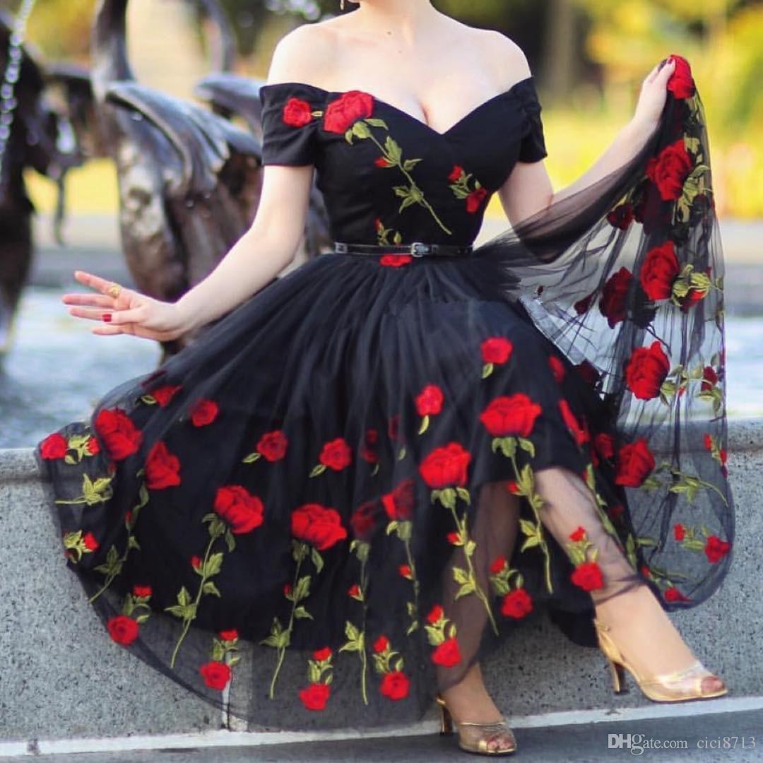 Роза вышивка платье партии черный V-образным вырезом с плеча вечерняя одежда женщины короткие до колен коктейльное платье без пояса