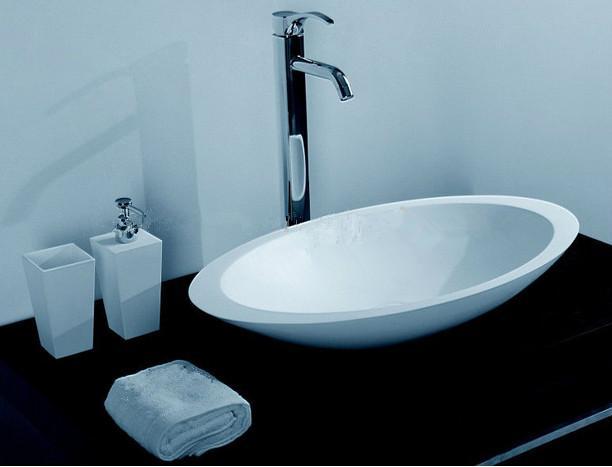 Ovales Badezimmer-Festkörper-Steinwaschbecken über Gegenmatt-Weiß oder glänzendem Wäschebehälter sinken RS3857